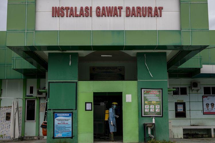 Petugas menyemprotkan cairan disinfektan di sekitar ruang Instalasi Gawat Darurat di Rumah Sakit Daerah (RSD) Madani, Palu, Sulawesi Tengah, Jumat (18/6/2021). Rumah sakit yang dikelola Pemerintah Kota Palu itu terpaksa menghentikan sementara layanan rawat inap sejak dua hari terakhir ini untuk meminimalisir penyebaran virus corona menyusul terinfeksinya sejumlah tenaga kesehatan di rumah sakit tersebut. ANTARAFOTO/Basri Marzuki/rwa.