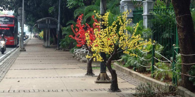 Pohon plastik di Jalan Medan Merdeka Barat