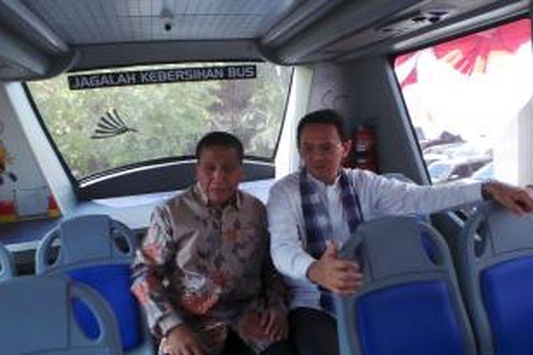 Gubernur DKI Jakarta Basuki Tjahaja Purnama bersama Coorporate Affairs Director Alfamart Solihin saat berada di dalam bus tingkat wisata, di Balai Kota, Jumat (26/6/2015).
