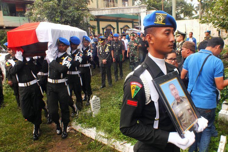Sejumlah anggota TNi membawa foto dan peti jenazah Letkol Cpm Dono Kuspriyanto saat prosesi upacara militer di Taman Makam Pahlawan (TMP) Dreded, Bogor, Jawa Barat, Rabu (26/12/2018).