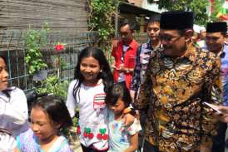 Wakil Gubernur DKI Jakarta Djarot Saiful Hidayat dibuat tertawa oleh anak-anak di RT 08/02, Rawabadak Utara, Koja, Jakarta Utara, Jumat (26/8/2016).