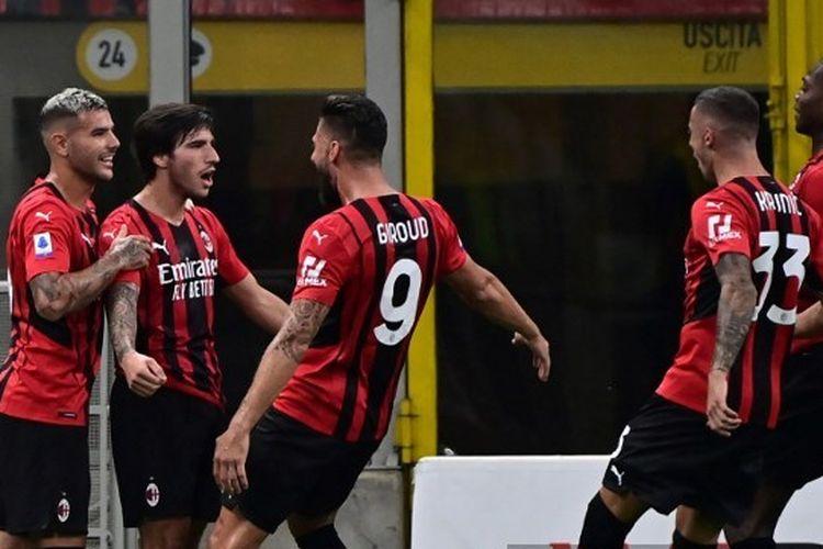 Para pemain AC Milan merayakan gol Sandro Tonali ke gawang Cagliari pada laga pekan kedua Liga Italia 2021-2022 di Stadion San Siro, Senin (30/8/2021) dini hari WIB.