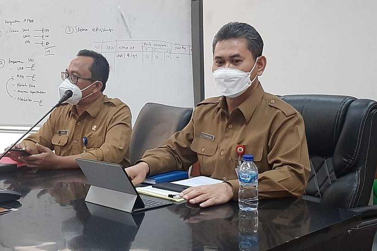 Kepala Dindikbud Banten Tabrani (kanan) didampingi Ketua Pelaksana PPDB tahun 2021 Taqwim saat mengumumkan soal sekolah tatap muka untuk SMA dan SMK di Banten, Selasa (08/06/2021).