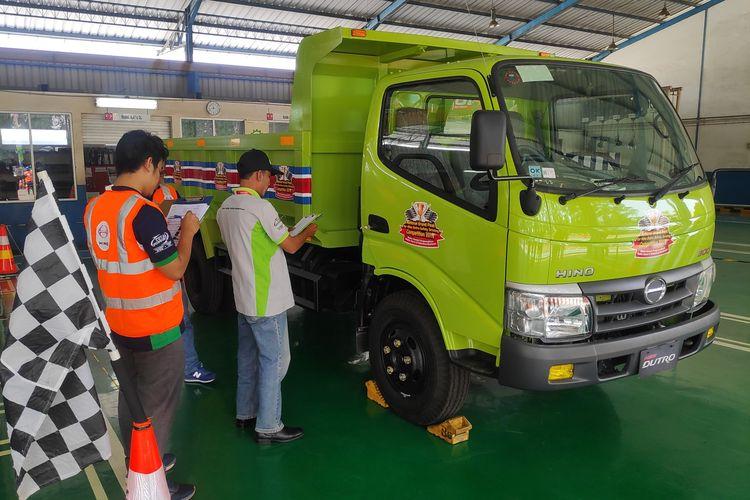 Ilustrasi pengecekan truk di bengkel resmi