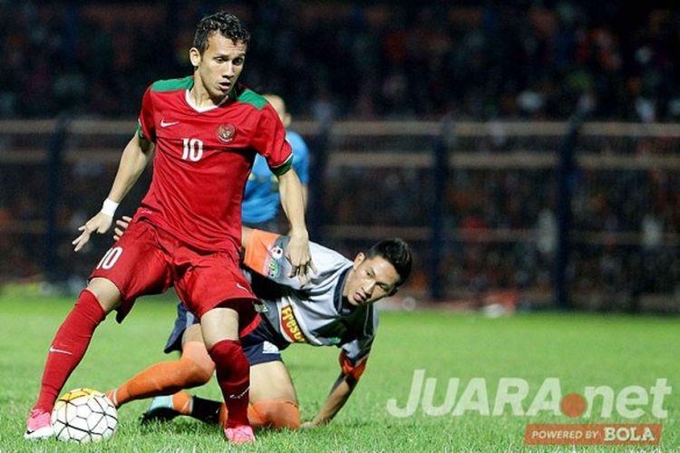 Aksi pemain sayap Timnas U-19 Indonesia, Egy Maulana Vikri, saat tampil melawan Persibo Bojonegoro dalam laga uji coba di di Stadion Letjen H Soedirman Bojonegoro, Jawa Timur (17/06/2017) Sabtu malam