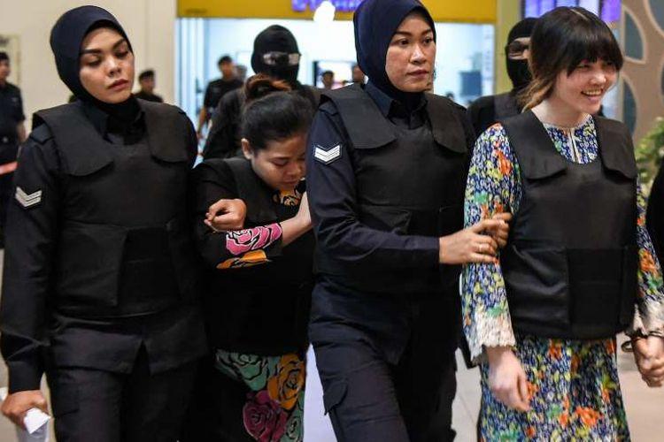 Siti Aisyah dan Doan Thi Huong tengah menjalani rekonstruksi kasus pembunuhan Kim Jong Nam di Bandara Internasional Kuala Lumpur, Malaysia, 24 Oktober 2017. (Moh Rasfan/AFP)