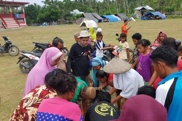 Relawan dari Kepulauan Bangka Belitung bersama warga di pengungsian, Desa Marana, Donggala.