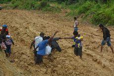 Mereka yang Harus Jalan Kaki 5 Km gara-gara Jalan Trans-Papua Barat Rusak Parah