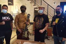 Rian D'MASIV Lelang Gitarnya untuk Bantu Anak-anak Korban Bencana Alam