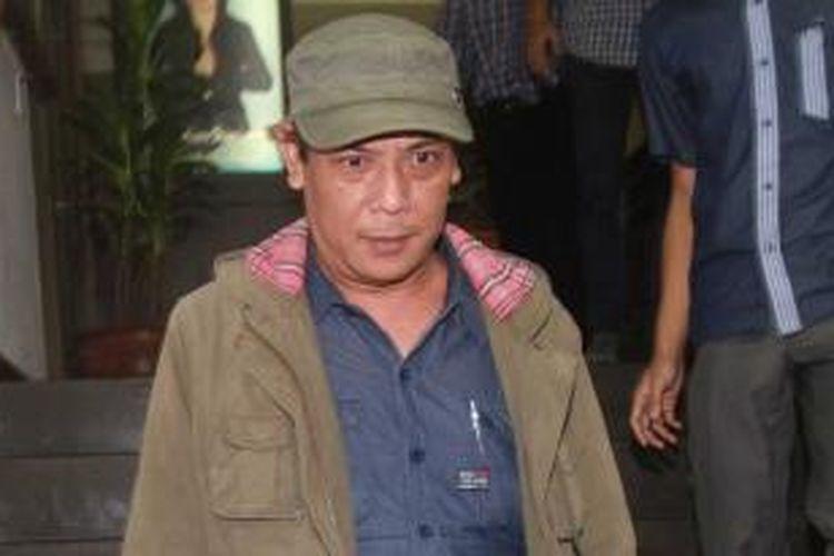 Sastrawan, Sitok Srengenge, usai diperiksa sebagai saksi di Direktorat Reserse Kriminal Umum Polda Metro Jaya, Jakarta Selatan, Rabu (5/3/2014). Sitok diperiksa selama 10 jam sebagai saksi terkait kasus perbuatan tidak menyenangkan yang dilaporkan oleh seorang mahasiswi Universitas Indonesia (UI) berinisial RW. WARTA KOTA/ADHY KELANA