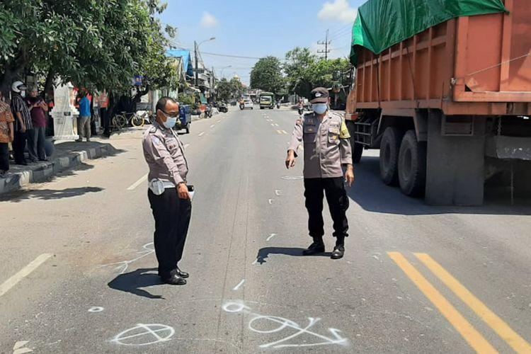 Polisi menunjukkan lokasi kecelakaan yang terjadi di Jalan Raya Roomo, Kecamatan Manyar, Gresik, Rabu (31/3/2021).