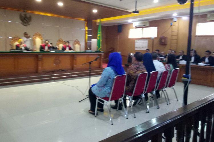Bupati Non-aktif Bekasi Neneng Hasanah Yasin dan anak buahnya di Pemda Bekasi tengah duduk di kursi pesakitan di Pengadilan Tinggi Tipikor Bandung.