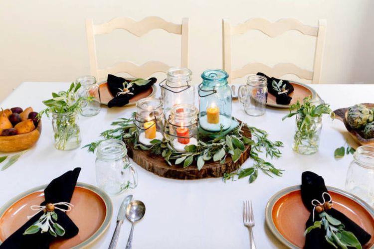 Lilin dalam toples kaca di meja makan