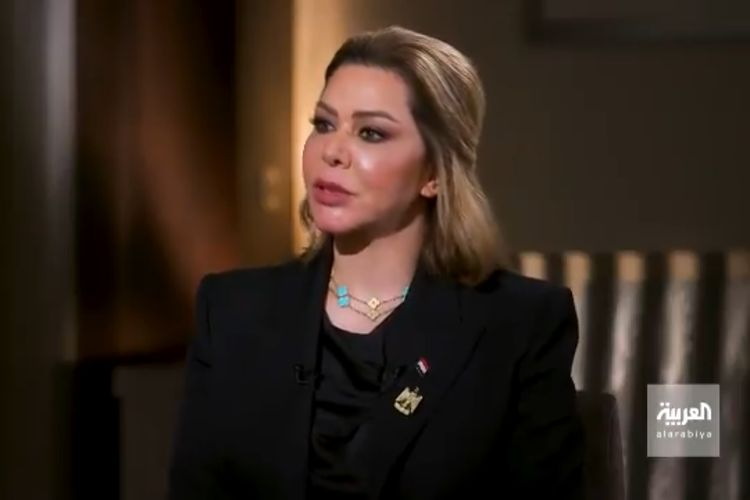 Tangkapan layar yang menampilkan putri tertua mantan pemimpin Irak Saddam HusSein, Raghad Saddam Hussein, muncul di stasiun televisi Al Arabiya TV.