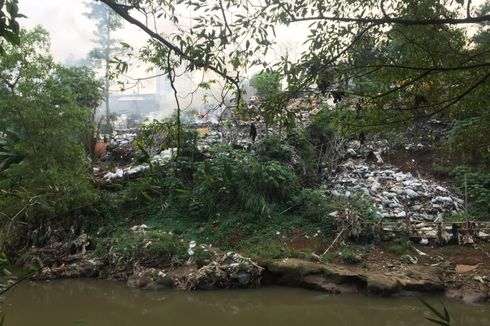 Warga Jalan Kerja Bakti Depok Keluhkan Tumpukan Sampah di Bantaran Kali Ciliwung