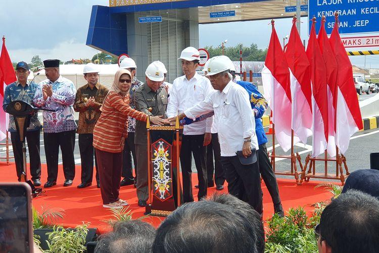 Presiden Joko Widodo meresmikan jalan TolBalikpapan-Samarinda yang menjadi akses menuju lokasi ibu kota baru, Selasa (17/12/2019) siang.