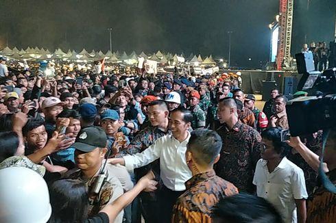Turun dari Panggung, Jokowi Salami Penonton Konser Musik Untuk Republik