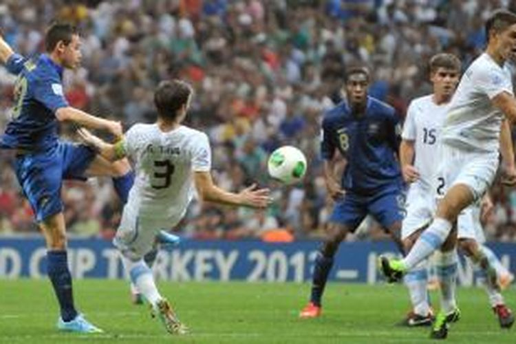 Pertarungan Perancis melawan Uruguay di final Piala Dunia U-20 masih alot sampai waktu normal 90 menit berakhir dan skor tetap 0-0. Laga di Stadion Ali Sami Yen, Istanbul, Turki, Sabtu atau Minggu (14/7/2013) dini hari WIB itu pun harus dilanjutkan lewat babak perpanjangan waktu.