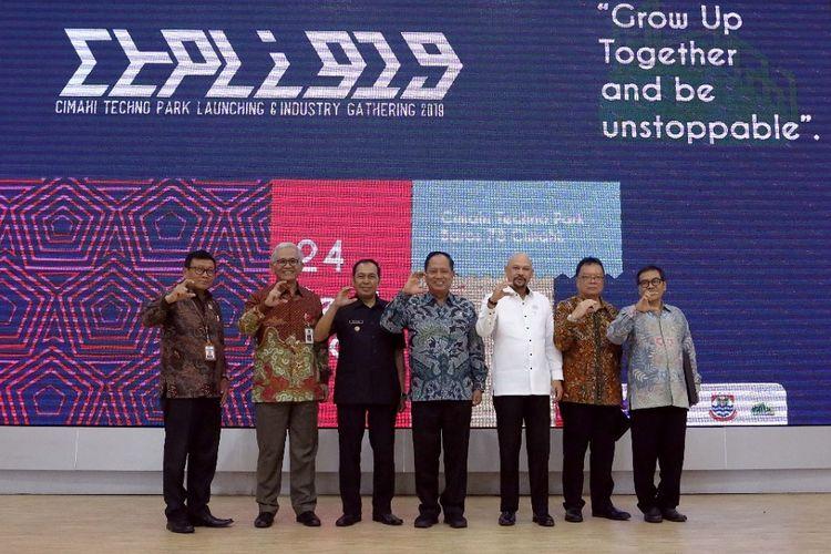 Menristekdikti Mohamad Nasir didampingiDirjen Risbang Muhammad Dimyati dan Kepala BPPT Hammam Riza dalam peresmian Cimahi Techno Park di Kota Cimahi, Jawa Barat, Selasa (24/9/2019).