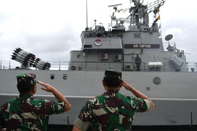 Panglima Komando Gabungan Wilayah Pertahanan (Pangkogabwilhan) I Laksdya TNI Yudo Margono (kanan) didampingi Panglima Koarmada 1 Laksda TNI Muhammad Ali (kiri) menghormati KRI Tjiptadi-381 usai upacara Operasi Siaga Tempur Laut Natuna 2020 di Pelabuhan Pangkalan TNI AL Ranai, Natuna, Kepulauan Riau, Jumat (3/1/2020). Operasi tersebut digelar untuk melaksanakan pengendalian wilayah laut, khususnya di Zona Ekonomi Ekslusif (ZEE) laut Natuna Utara. ANTARA FOTO/M Risyal Hidayat/pd.