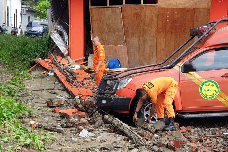 Pagar beton sepanjang 53 meteri ambruk dan menimpa mobil serta kantor SAR Ambon, Jumat (26/4/2019)
