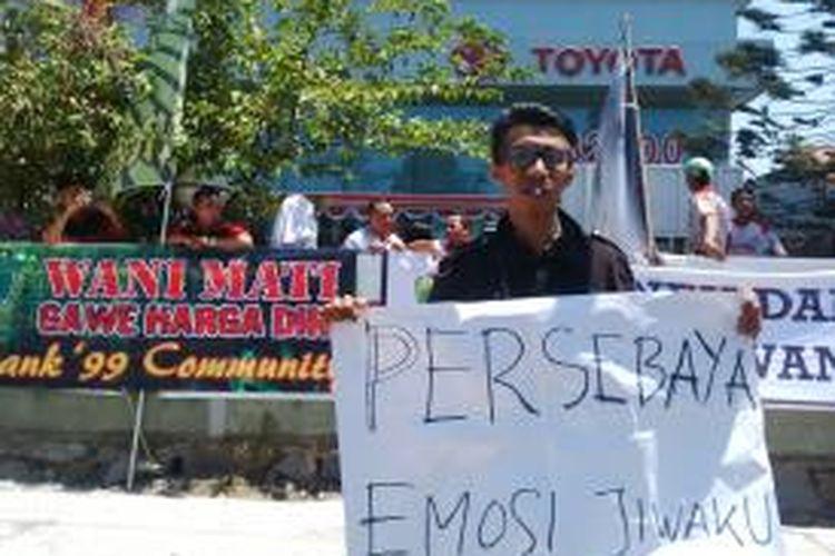 Massa Bonek aksi di depan showroom Mobil Toyota di Jalan Ahmad Yani Surabaya.