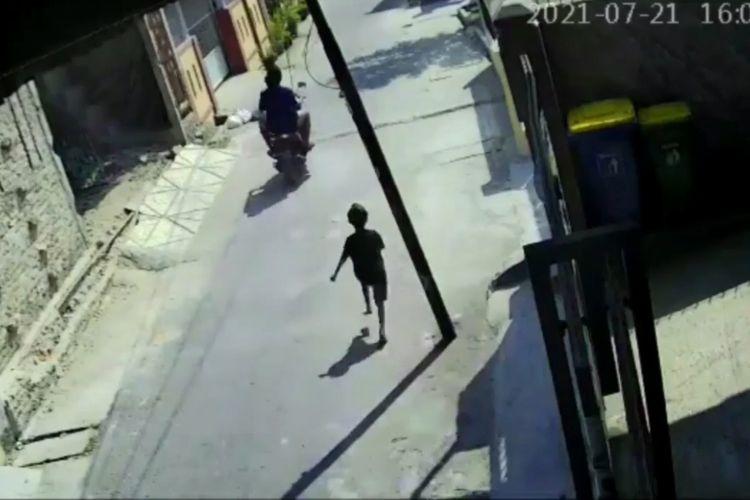 Tangkapan layar video rekaman kamera pengawas yabg menunjukkan seorang bocah di Medan jadi korban penjambretan.