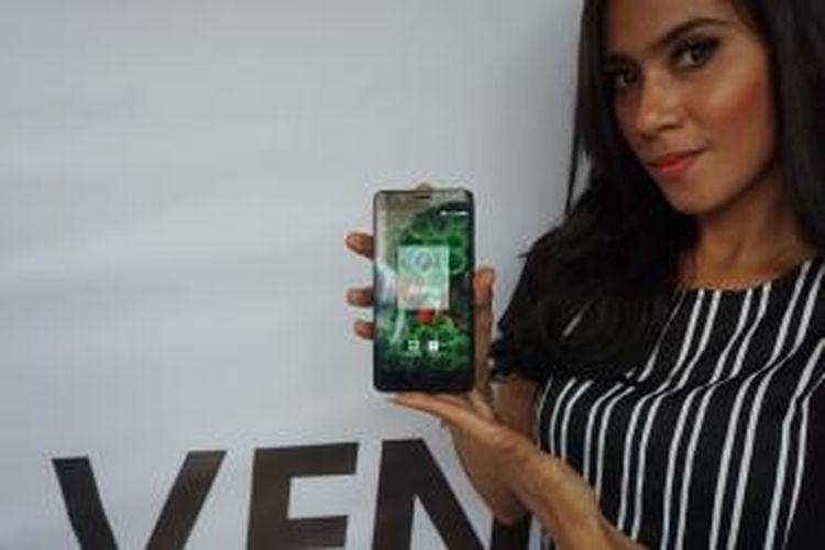 Model menunjukkan ponsel Axioo Venge X dalam acara peluncuran di Jakarta, Kamis (26/11/2015)