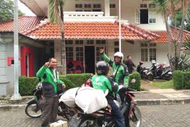 Driver Go-Jek akan mengantar barang dari markas Teman Ahok menuju booth di mal.