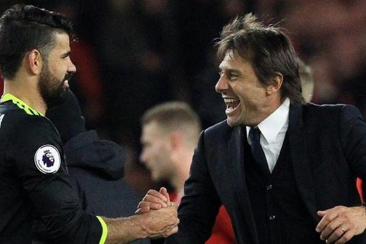 Manajer Chelsea, Antonio Conte (kanan), bersalaman dengan pemainnya, Diego Costa, seusai menang 1-0 atas Middlesbrough dalam laga Premier League, di Stadion Riverside, Minggu (20/11/2016).