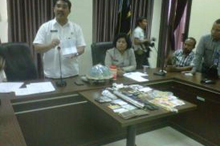 Kepala BNNP Sulsel, Kombes Polisi Richard M Nainggolan memperlihatkan rekening bank transaksi narkoba seorang narapidana, KD dan pegawai Rutan Klas 1 Makassar, MTR beserta barang bukti lainnya yang berhasil disita.