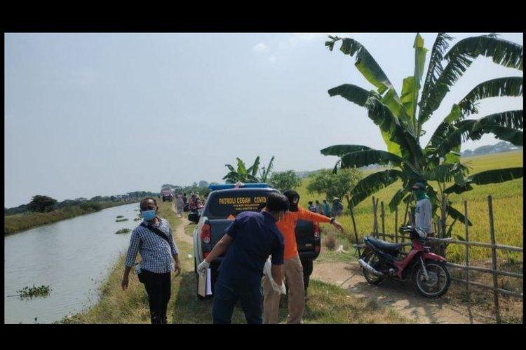 Mayat bocah laki-laki yang ditemukan di aliran Sungai Prawira di Desa Rawadalem, Kecamatan Balongan, Kabupaten Indramayu, Kamis (19/8/2021). ia ternyata korban pembunuhan yang diotaki ibu tirinya.
