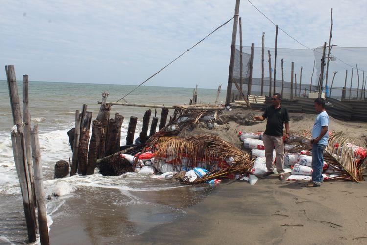 Abrasi Pantai Krueng Mane terus mengerus daratan di Desa Ulee Madon, Kecamatan Muara Batu, Aceh Utara, Minggu (18/10/2020).