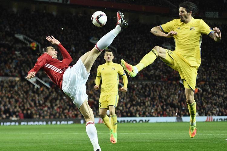 Striker Manchester United, Zlatan Ibrahimovic (tengah), secara akrobatik menghalau bola dalam pertandingan leg kedua babak 16 besar Liga Europa melawan FC Rostov di Stadion Old Trafford, Kamis (16/3/2017).