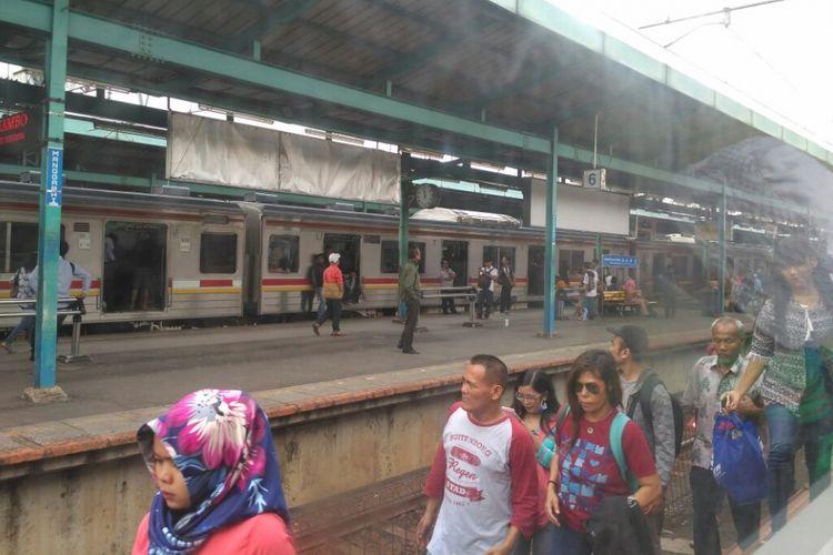 Perjalanan kereta menuju Jakarta Kota dan Tanah Abang dari Bekasi maupun Bogor tertahan sinyal masuk di Stasiun Manggarai, Kamis (20/7/2017). Hal ini dikarenakan adanya kendala operasional KA Tegal Bahari di Stasiun Cikini.