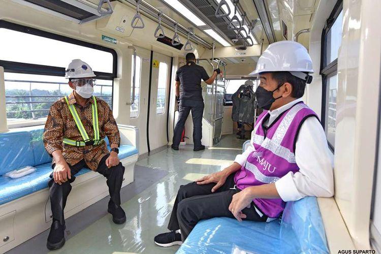 Presiden Joko Widodo (kanan) bersama Menteri Perhubungan Budi Karya Sumadi meninjau Stasiun Light Rail Transit (LRT) Taman Mini Indonesia Indah (TMII), Rabu (9/6/2021). Dalam kunjungan itu, Presiden menjelaskan perkembangan pembangunan LRT yang sudah mencapai 84,7 persen.