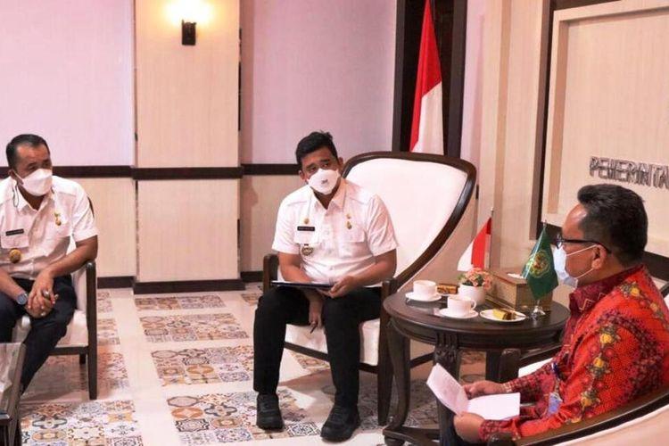 Wali Kota Medan Bobby Nasution dan wakilnya Aulia Rachman berbincang dengan Kepala Perwakilan BPKP Provinsi Sumut Hengky Kwinhatmaka di kantor wali kota Medan, Kamis (29/7/2021)