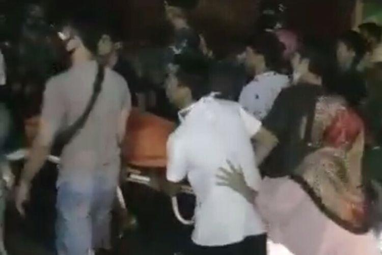 Pengambilan paksa dan membawa kabur jenazah dari rumah sakit kembali terjadi. Kali ini, terjadi di RS Stellamaris Makassar. Sekitar 150 orang tiba-tiba datang mengambil paksa jenazah yang berstatus PDP, Minggu (7/6/2020) malam.
