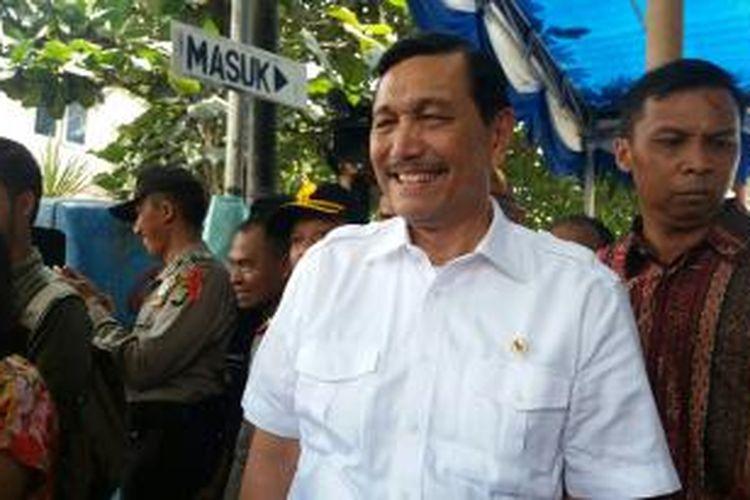 Menteri Politik, Hukum dan Keamanan, Luhut Binsar Pandjaitan saat meninjau pelaksanaan pemungutan suara di Tempat Pemungutan Suara (TPS) di Tangerang Selatan, salah satunya adalah TPS 46 dan 47 Kampung Sawah, Ciputat, Tangerang Selatan.