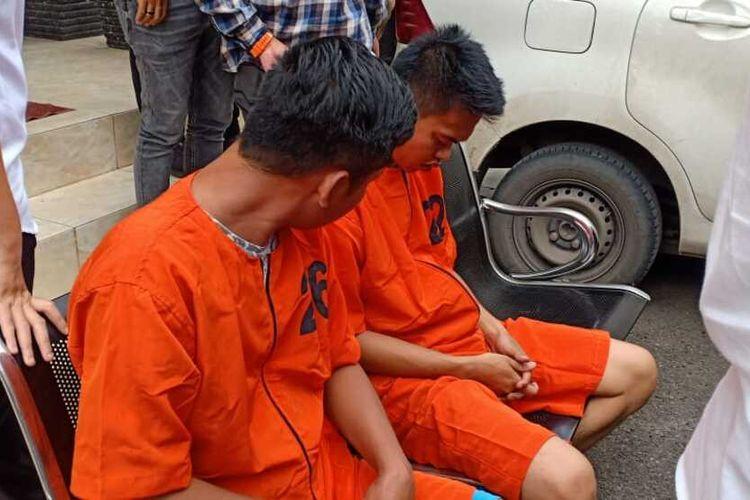 Dua dari tiga pelaku pemerasaan sopir truk di sejumlah wilayah Sumsel, ketika berada di Polda Sumatera Selatan, Kamis (26/2/2020). Satu dari pelaku adalah mantan pecatan polisi.