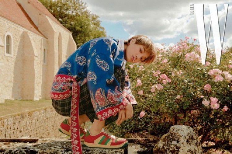 Dalam balutan busana keluaran Gucci, Kai EXO berpose untuk majalah W Korea edisi November 2018.