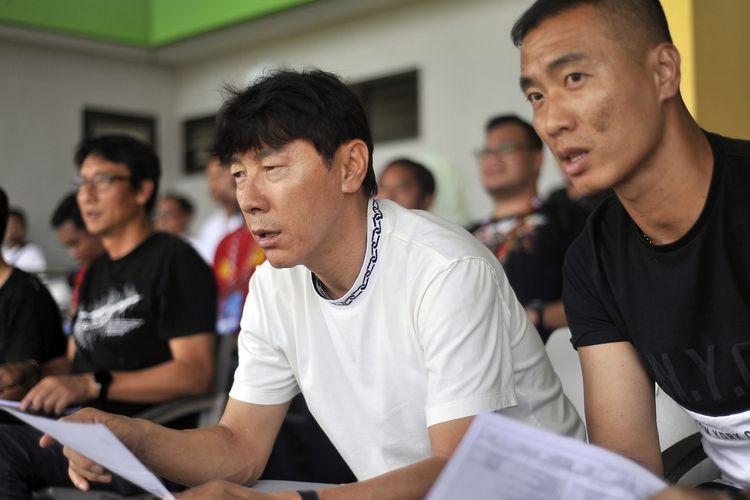 Pelatih Timnas Indonesia asal Korea Selatan Shin Tae Yong dan penerjemahnya Yoo Jae Hoon menyaksikan pertandingan babak penyisihan grup A Piala Gubernur Jatim 2020 Bhayangkara FC melawan Persebaya Surabaya yang berakhir dengan skor 1-0 di Stadion Gelora Bangkalan, Jawa Timur, Rabu (12/02/2020) sore.