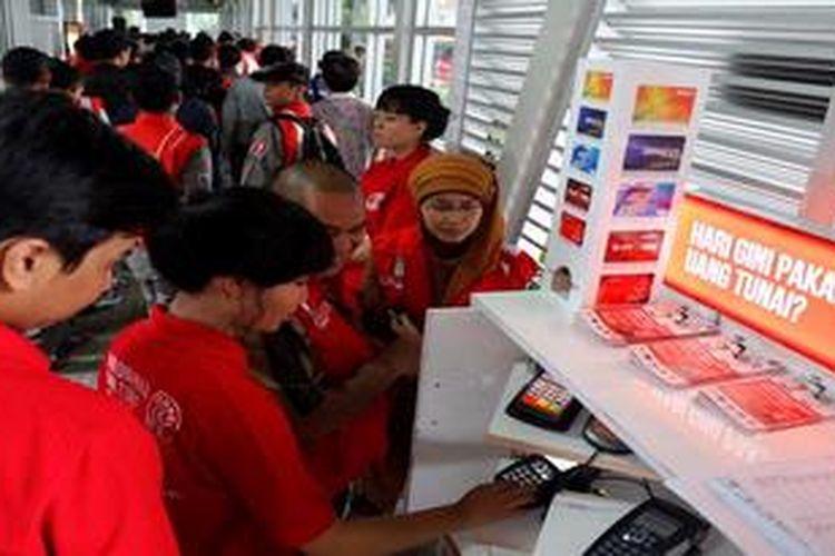 Mesin top up untuk isi ulang  E-tiket mulai dicoba di Halte Monumen Nasional, Jakarta, Selasa (22/1/2013).
