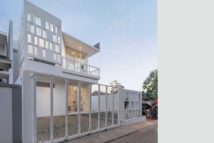 Fasad unik serba putih karya KALA Architecture & Visual Design Studio.