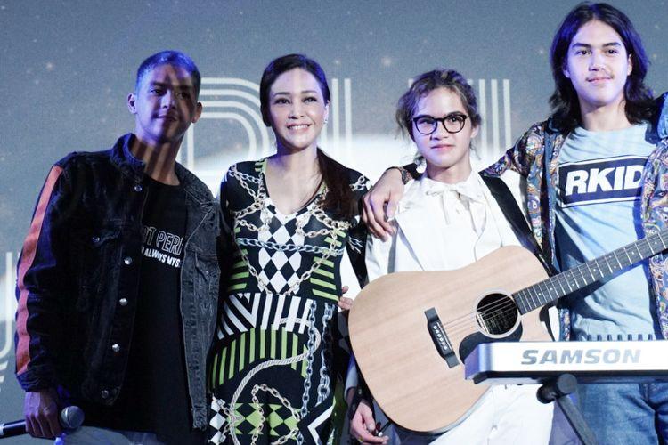 Dul Jaelani, Al Ghazali, El Rumi dan Maia Estianty di acara peluncuran single terbarunya di Institute Fraincaise DIndonesia (IFI), Kedutaan Besar Perancis, Thamrin, Jakarta Pusat, Kamis (30/8/2018).