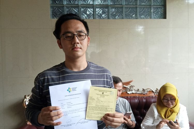 Yusuf Azhar (22) didampingi ayah dan ibunya sehari setelah dipulangkan dari Natuna usai masa observasi dan karantina virus corona (Covid-19) saat ditemui di kediamannya di Kecamatan Gunung Sindur, Kabupaten Bogor, Jawa Barat, Minggu (16/2/2020).