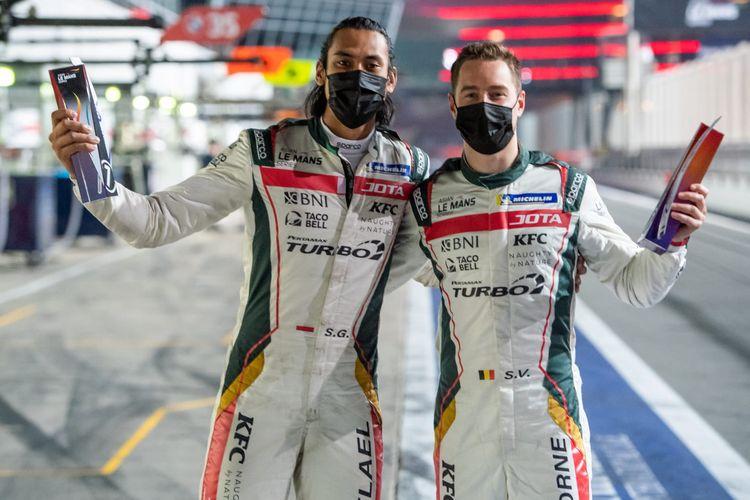 Sean Gelael (kiri) dan Stoffel Vandoorne (kanan) setelah berhasil merebut posisi runner-up pada Race 1 Asian Le Mans Series 2021 di Dubai, Sabtu (13/2/2021).
