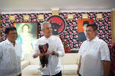 Ganjar Diberi Ayam Jago Saat Berkunjung ke Rumah Mantan Ketua DPRD Jateng