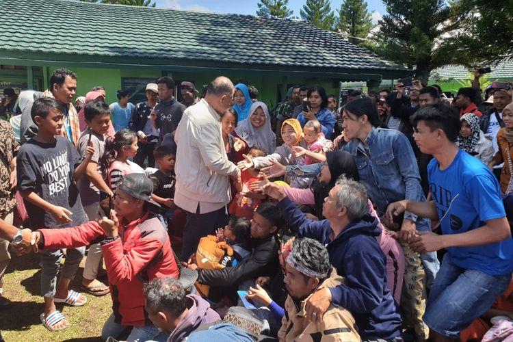 Wakil Gubernur Sumbar Nasrul Abit menyalami warga asal Sumbar di posko pengungsian di Wamena, Papua