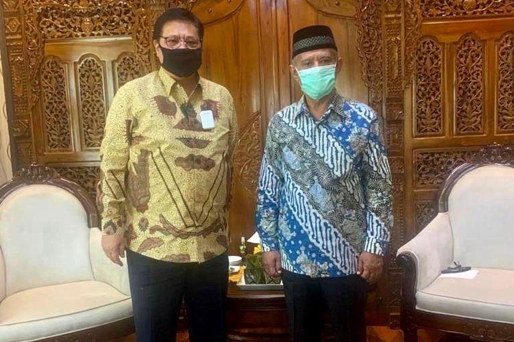 Menteri Koordinator Bidang Perekonomian Airlangga Hartarto bersama Ketua Umum PP Muhammadiyah Haedar Nashir.